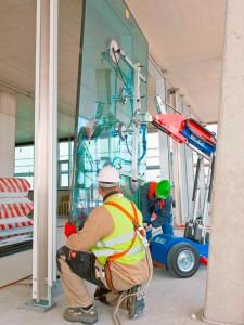 Glasroboter - der hängende Glaslifter für Glasmontage von Hüffermann