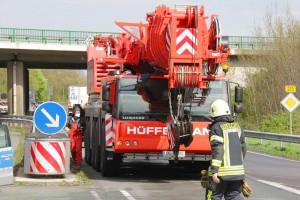 Bergung auf der Autobahn durch einen Hüffermann Kran für bis zu 220 Tonnen