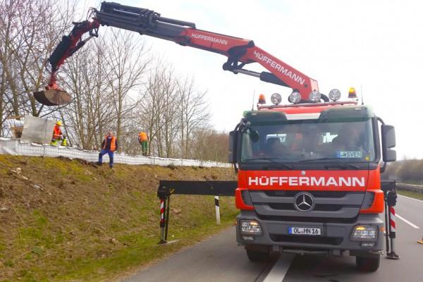 Hüffermann Ladekran bei der Vorbereitung für das Stellen von Schallschutzwänden