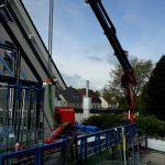 Wintergartenbau - Glasscheiben einsetzen - Glasroboter mit Hüffermann Kranlogistik