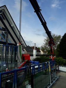 Wintergartenbau - Glasscheiben einsetzen - Glassauger von Hüffermann Kranlogistik