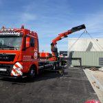 Stromaggregat laden und transporten mit LKW Ladekran von Hüffermann
