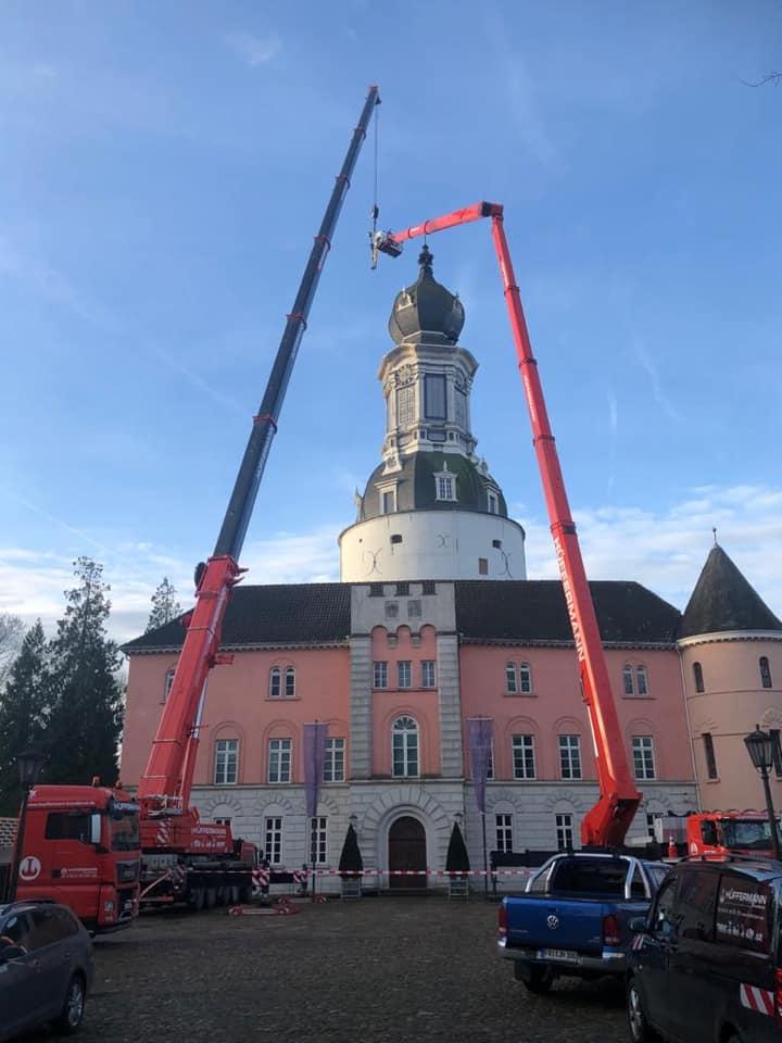 Kranarbeiten - Sanierungsarbeiten - Wetterfahne Schloss Jever - Hüffermann Krandienst