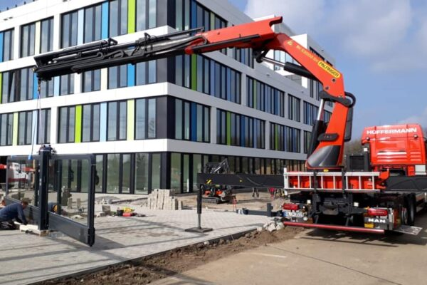 Glastore einbauen mit Glasmontagekran - Ladekran von Hüffermann