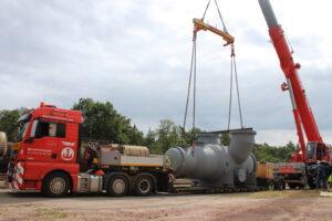Verladearbeiten für Transport von Maschinenteilen mit Hüffermann